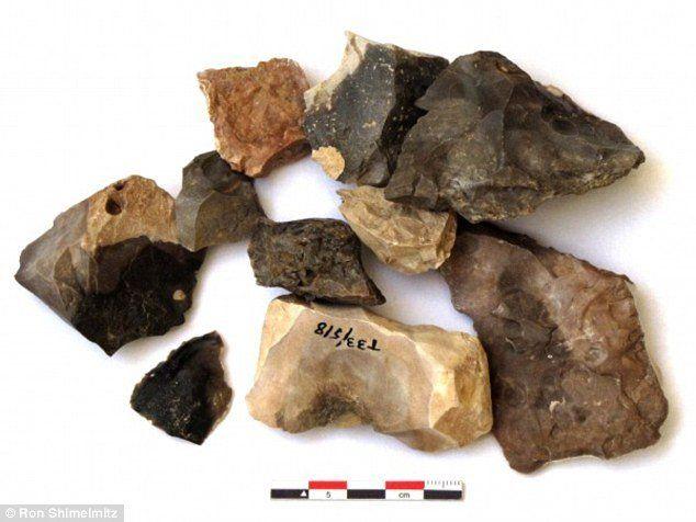 A Tabun-barlangban talált pattintott kőszerszámok, melyek a tűz hatására történt megfeketedés és pirosodás jeleit mutatják, míg a többi jellegzetesen kerekded gödröcskéket mutat, ahol a kő egy része lepattant a hő hatására.