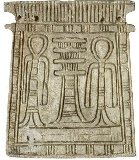 A középpontban áll a dzsed egy mázas zsírkő melldíszen (1070 – 703 BC). (Wikimedia)