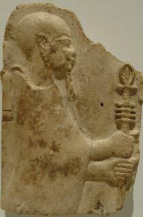 Ptah stukkó domborműve, amin egy olyan pálcát tart, melyben a dzsed és az ankh szimbólum egyesül. A Ptolemaiosz-dinasztia kései időszakából, a Kr.e. 4-3.századból való.