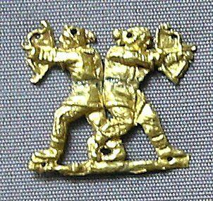 Arany ruhadísz, mely két szkíta íjászt ábrázol. A Kr.e. 400-350. körüli időkből. A Krímről, Kul-Oba-ból származik. British Múzeum.