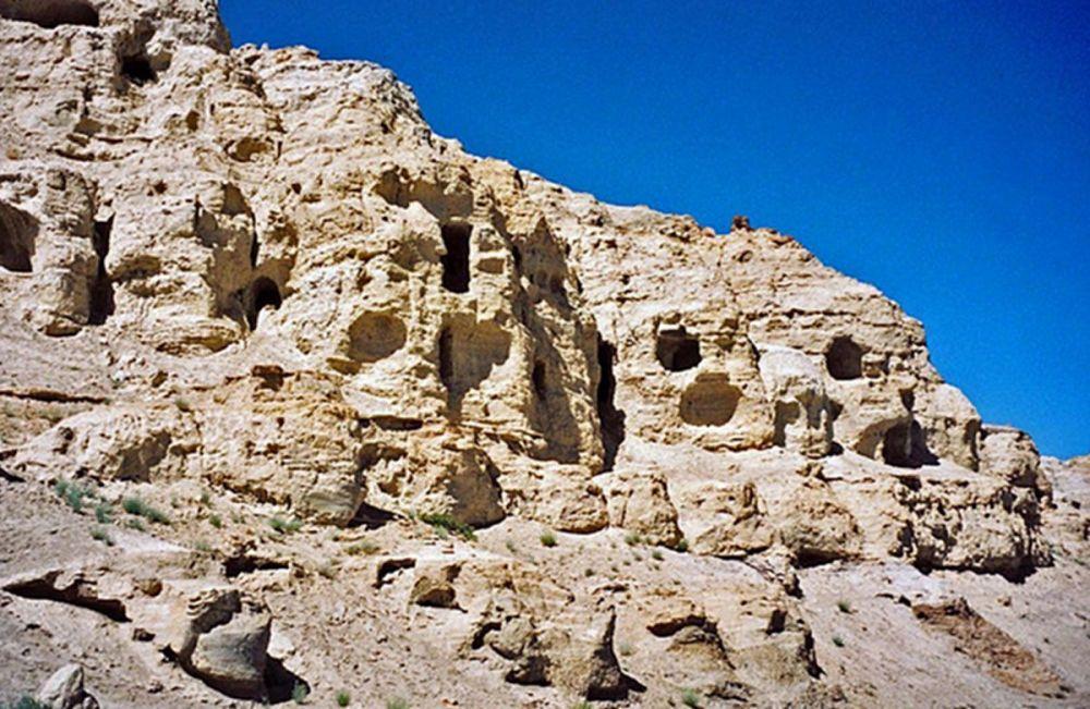 """Piyang barlangjai. """"Még csak most kezdjük pedzegetni a Tibet szakrális geográfiájában található barlangok valódi jelentőségét."""""""