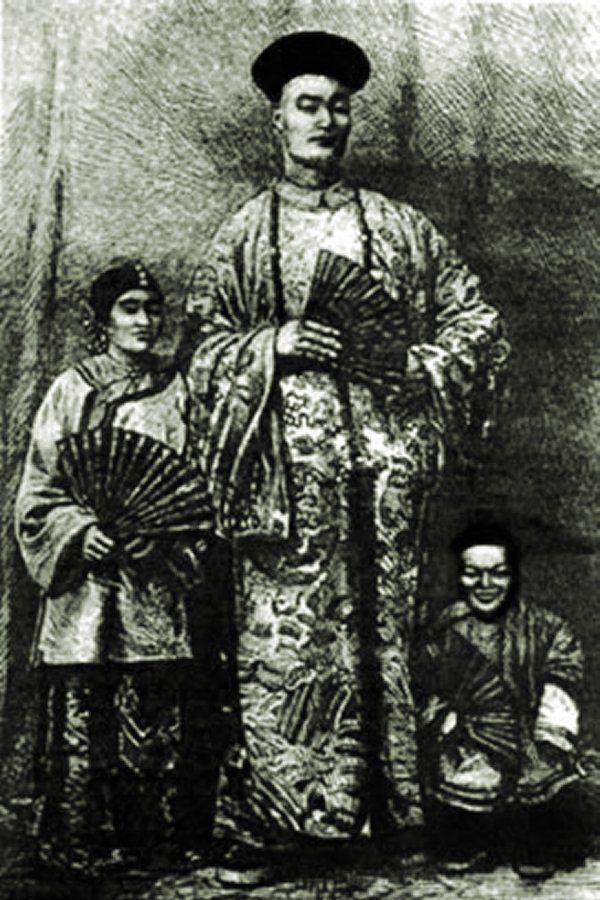 A képen Chang Woo Gow látható turnéja közben, akiből szenzáció lett Nagy-Britanniában. Mellette felesége, King-Foo, valamint állandó társa, Chung törpe. Photo credits: www.genesis6giants.com