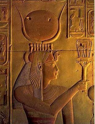 Nefertari, II. Ramszesz felesége, aki sziszrumot tart a kezében.