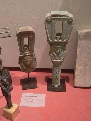 A Louvre-ban található szisztrumok gyűjteménye.