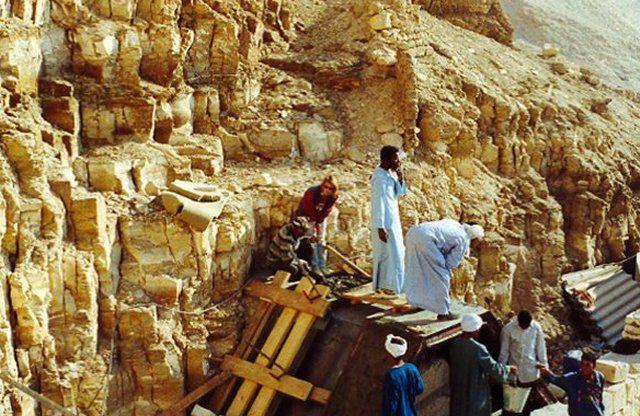 Hatsepszut Deir el-Bahari templomában dolgozó egyiptomi-lengyel régészeti és emlékművédelmi csoport.
