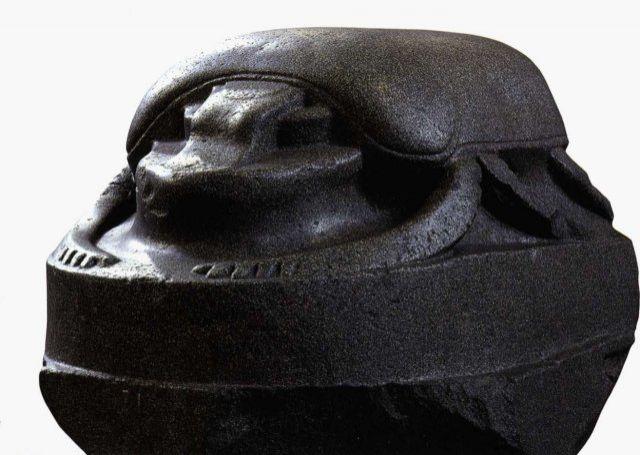 Ez egy szkarabeuszbogár óriásszobra. Megközelítőleg másfél méter hosszú és az egyik legnagyobb a ma ismert szkarabeuszábrázolások közül. Erről a szkarabeuszról úgy gondolják, hogy a ptolemaioszi korszakból (Kr.e. 305-30.) származik, azonban korábbi is lehet. Egykoron egy egyiptomi templomban állott, viszont a törökországi Isztambulban fedezték fel. Valószínűleg Egyiptomból vitték Konstantinápolyba, amikor a város a kései Római Birodalom fővárosává lépett elő Kr.u. 330-ban. Image credit: British Museum