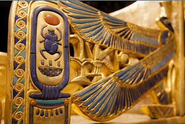 Tut király kiállítási tárgya a San Diegói Természettörténeti Múzeumban, akinek hieroglifája egy szkarabeuszbogarat vagy ganajtúró bogarat is magába foglal. Photo by Christian Rodas / U-T San Diego