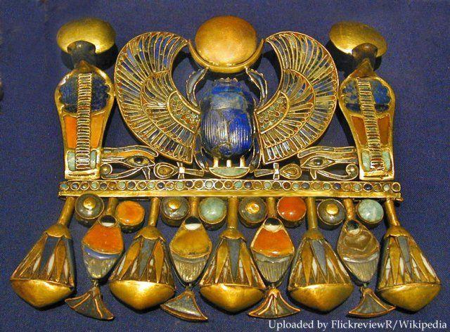 Tutankhamon szárnyas szkarabeusza féldrágakövekkel. A melldísz Tut keresztnevének hieroglifáiból van megformázva: Nebheperuré vagy NebKheperU-Ra = Ré a megjelenések ura.