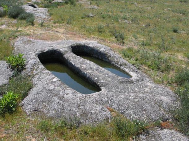 Sziklába vájt sírok Fornos de Algodres-ben, Portuáliában, amely helyekről úgy tartják, hogy ott dagasztják a Mouras a kenyeret. (Wikimedia Commons)