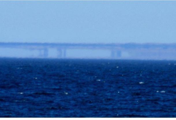 A Fata Morgana Santa Cruz mentén, Kaliforniában. A partvonal látványa a Moss Landing felől nézve 2007. május 7-én (Brocken Inaglory/Wikimedia Commons)