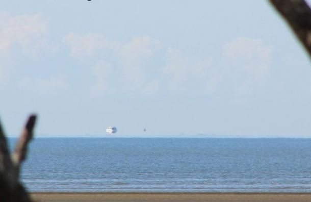 Fata Morgana Ausztrália partjainál, mely úgy néz ki, mintha egy hajó volna levegőben a horizont felett. A kép 2012. augusztus 26-án készült. (Timpaananen/Wikimedia Commons)