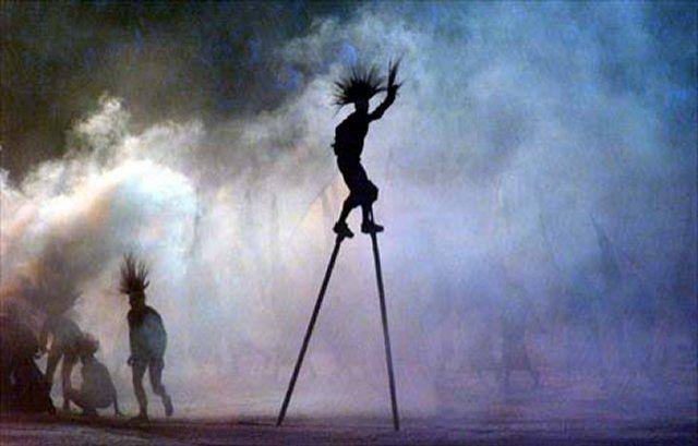 Aboriginál táncosok adnak elő Álomidő-történeteket a Sydney-i Olimpia megnyitó ceremóniáján