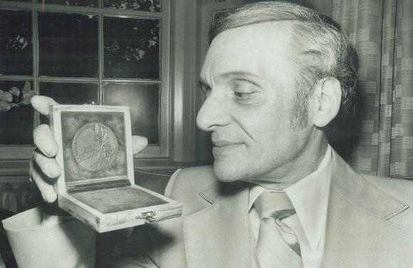 Sid Hurwich elegendő pénzt keresett ahhoz, hogy létre tudjon hozni két saját sikeres vállalatot is. Még fiatalkorában érte őt a szívinfarktus, mindössze 36 évesen vonult nyugdíjba.