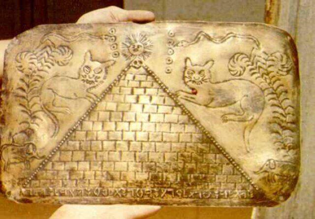 Crespi kollekciója egy piramissal és egy őskori héber szöveggel – Hamby Ref. 4.