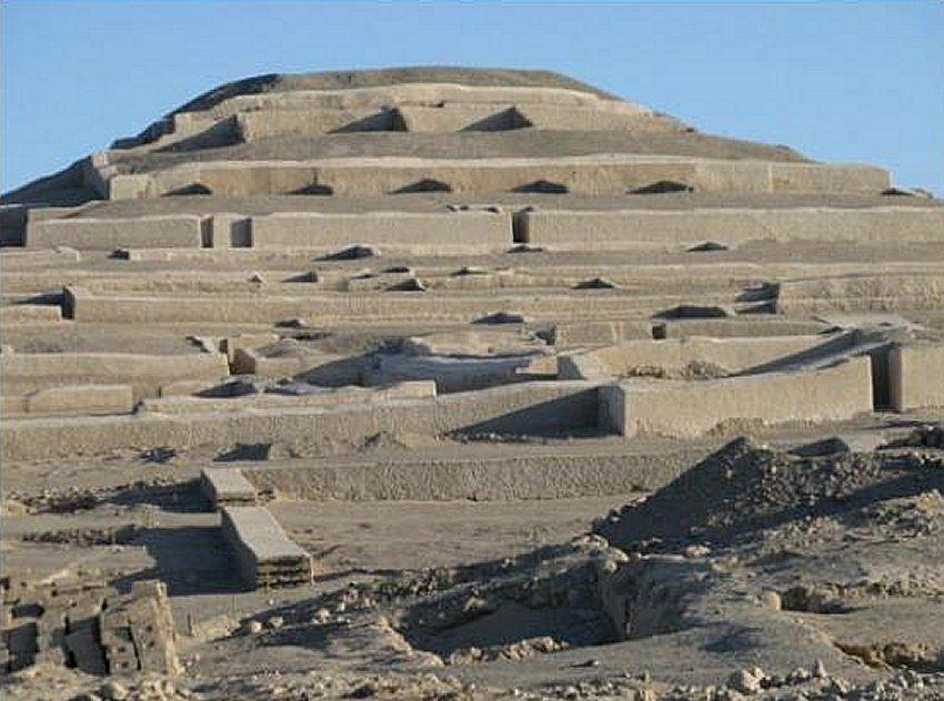 A Nazcák által vályogtéglából épített csonka piramisokból álló komplexum egy zárt belső udvart és egy helyiségekkel borított nagy teraszt fog közre. Ezeknek a piramisoknak a többségét az i.sz. 5-6. században hagyták magukra.