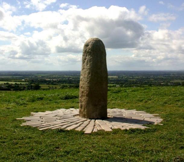A Lia Fáil (Végzet Köve) a Tara domb tetején, Meath Megye, Írország. ( CC BY 2.0 )