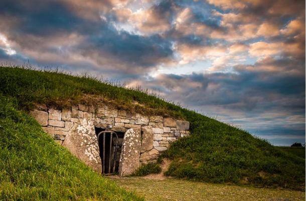 Tara Dombja egy olyan régészeti komplexum, amely számos ősi műemlékkel büszkélkedhet, mint milyen a fent látható Mound of Hostages. Tara Dombja a hagyomány szerint Írország Nagy Királyainak a székhelye. (CC BY-SA 4.0 )