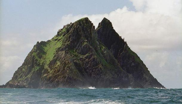 Írország partjairól ilyen látványt nyújt a fenséges és elkülönült Skelling Michael. ( CC BY-SA 3.0 )