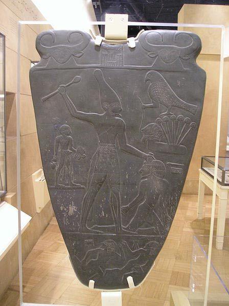 Tehenek láthatók a királyi övön a Narmer-paletta tetején. (Public Domain)