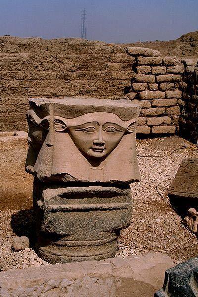 Az oszlopfőn Hathor fejét ábrázoló részlet