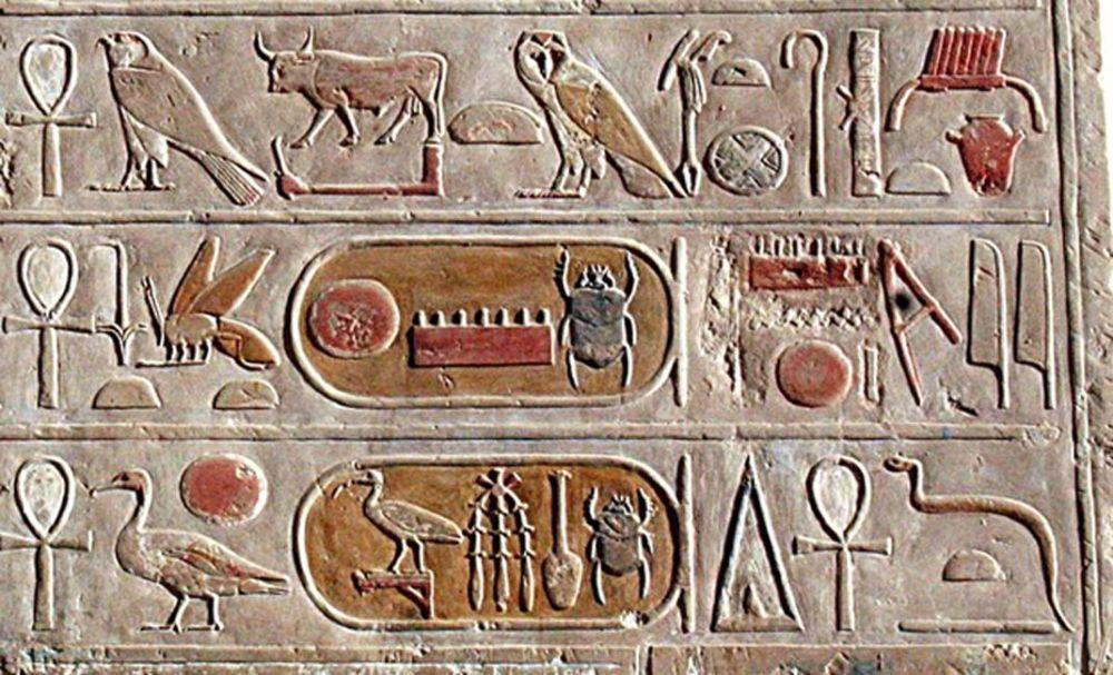 III. Thutmózisz festett kartusa (templom dombormű), Deir el-Bahari. Source: CC BY SA 3.0