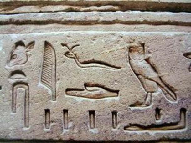 A görög-római időszakra jellemző egyiptomi hieroglifek domborműbe faragva. (CC BY-SA 3.0)