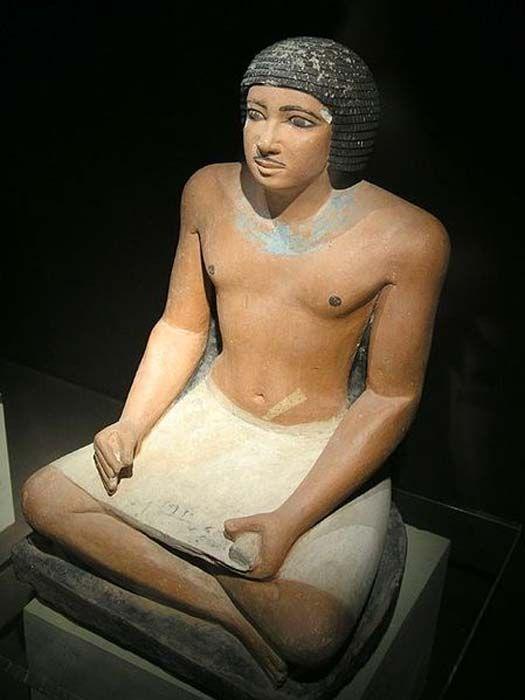 A gízai nyugati temetőben talált egyiptomi ülő írnok szobra, 5. dinasztia. (Jon Bodsworth)