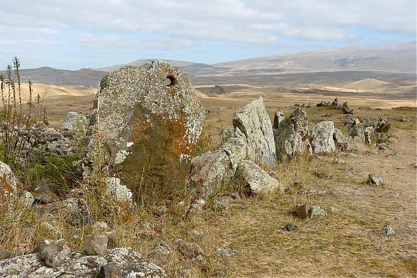 Az egyik lyukas kő (CC BY 2.0)
