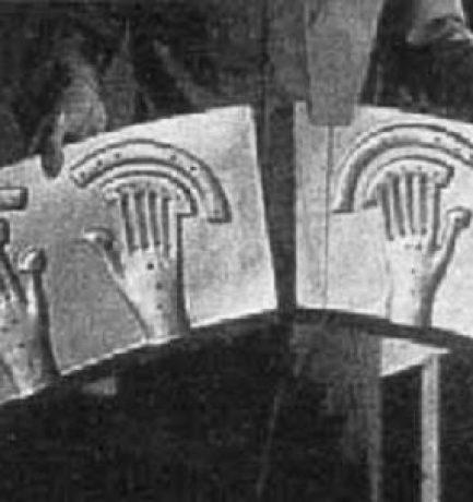 Képek Roswellről? Egy idegen űrhajó egyiptomi hieroglifákkal, görög betűkkel és kézlenyomatokkal a kormányzáshoz