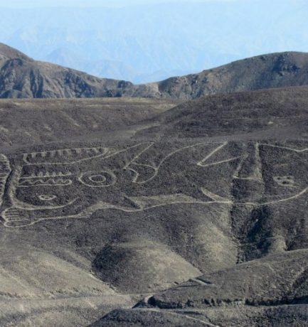 Új óriási geoglifát találtak a Nazca-vonalaknál egy kardszárnyú delfinről, rejtélyes szimbólumokkal és trófeafejjel