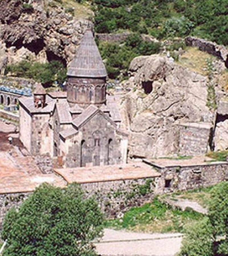 A lenyűgöző Geghard-monostor: sziklába vájt titkos barlangok, folyosók és szerzetescellák százai